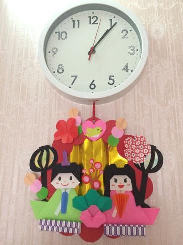 春日井市みやこ内科クリニックの折り紙時計。ひな祭りバージョン