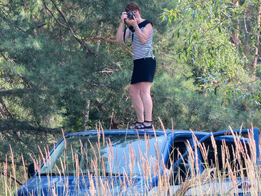 Fotografin auf Autodach