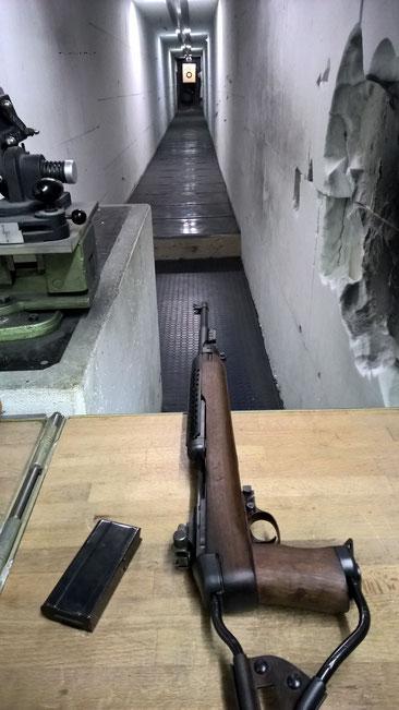 Im privaten Schießkeller mit meinem Fallschirmjäger Carbine 30m1. Der Carbine war ein Weihnachtsgeschenk eines guten Kameraden. Der Klappschaft ist original aus dem 2. Weltkrieg.