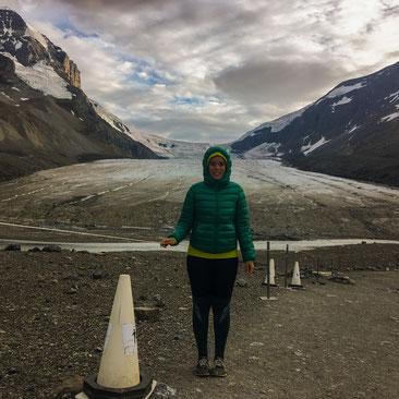 Frau vor dem Athabasca Gletscher am Columbia Icefield auf dem Icefields Parkway im Jasper Nationalpark in Kanada