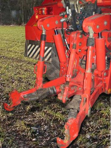 Dreipunkt-Kraftheber an einem Traktor