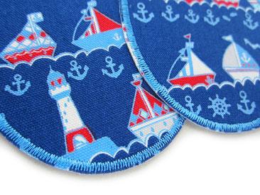Bild: maritime Flicken zum aufbügeln mit Schiffen und Leuchtturm auf blau, Knieflicken für Kinder