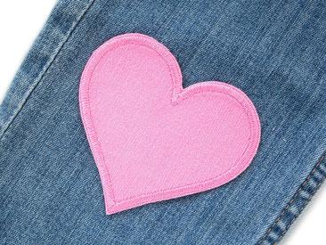 Bild: Herz Flicken zum aufbügeln rosa, Bügelflicken aus Cordstoff, Aufnäher für Cordhosen von Mädchen rosa