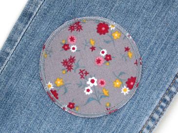 Bild: Knieflicken zum aufbügeln mit bunten Blumen auf grauem Cordstoff, graue Bügelflicken für Mädchen