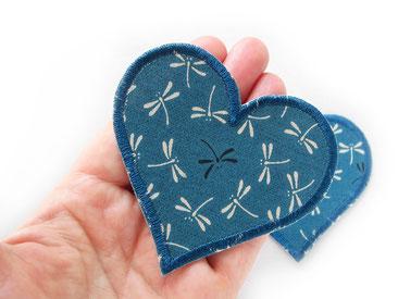 Bild: Herz Bügelbild petrolfarben mit kleinen Libellen, Bügelflicken als Accessoire zum aufbügeln