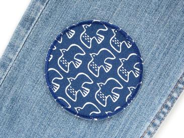 Bild: dunkelblauer Hosenflicken zum aufbügeln mit kleinen Vögelchen, Knieflicken für Kinder, mit Flicken Jeanshosen reparieren