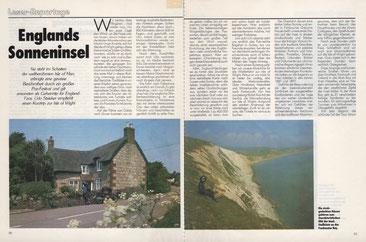 Links: Charakteristische reetgedeckte Häuser - Rechts: Steilküste an der Freshwater Bay