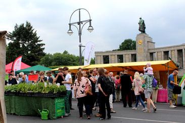 Stände beim Umweltfestival vor dem Sowjetischen Ehrenmal beim Brandenburger Tor. Foto: Helga Karl