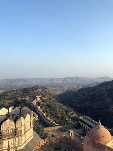 Blick auf die Mauer des Kumbhalgarh Forts