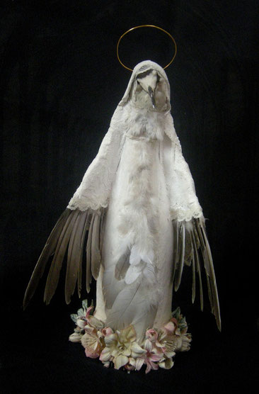 """""""Oiseau-Vierge Blanc"""" / Bouteille, plâtre, plumes, taxidermie, dentelle, fil de fer, fleurs plastique / h.35cm / Kinder-k 2011"""