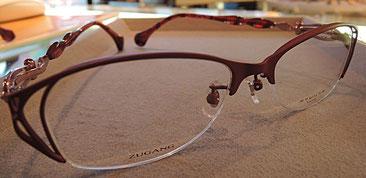 おしゃれさと使いやすさの両立。ピュアチタンを採用した掛けやすいメガネ