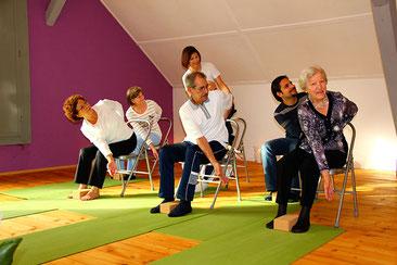 Chair Yoga, Yoga mit Stuhl, Yogatherapie Wettingen mit Eveline Cassim