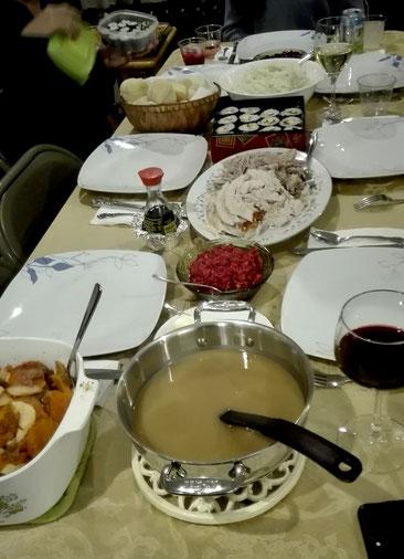 Das traditionelle Thanksgiving-Menü: Truthahn mit Bratensoße, Cranberrysoße, Kartoffelbrei und Gemüse - und Shushi