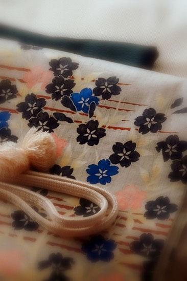 浦澤月子さんの桜の型絵染の帯。菊池洋守さんの八丈織のきものに合わせています。