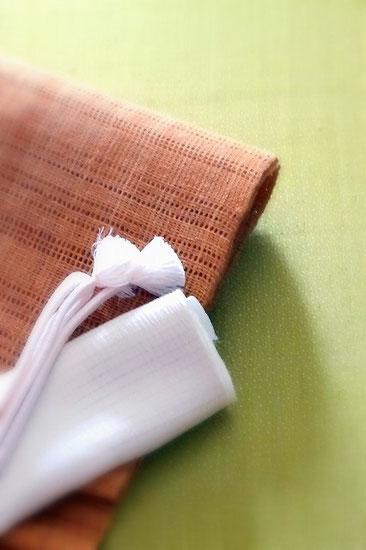 抹茶色の生紬に大小あられを染めた江戸小紋。科布の八寸名古屋帯を合わせました。