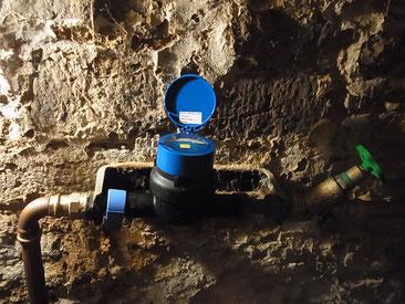 """Das ist ein aktueller """"kleiner"""" , mechanisch arbeitender Hausanschluss-Wasserzähler in einem alten Einfamilienhaus."""