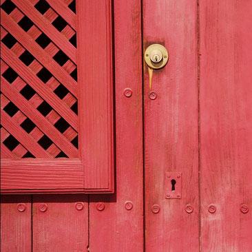 Serrure sur porte en bois rouge pour Menuiserie Lethu Deux Sèvres 79