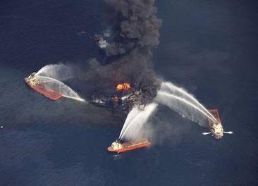 Brennende Ölplattform im Golf von Mexiko