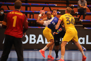 Rivero tratando de zafarse de la defensa del Barcelona  / Foto: Jordi del Puente