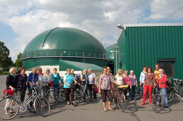 Informativer Besuch – Beverstedter Landfrauen auf der  Fahrradtour an der Biogasanlage Ahe (zweiter von rechts   Geschäftsführer Guido Koch).