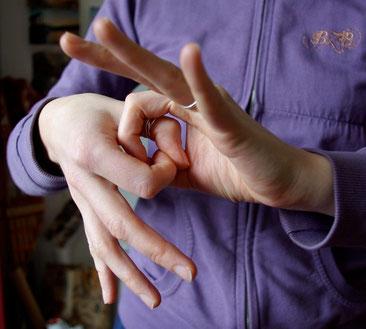 """Signe en LSF des deux mains liées qui signifie """"ensemble"""""""