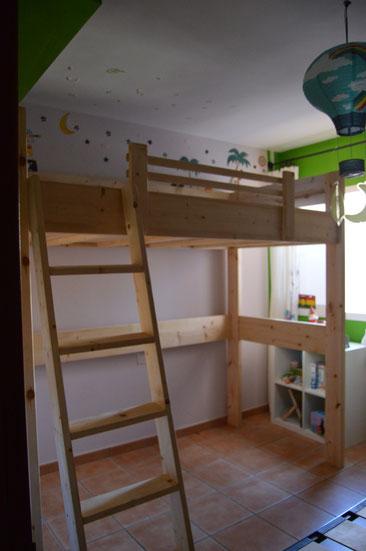 cama alta de madera de pino
