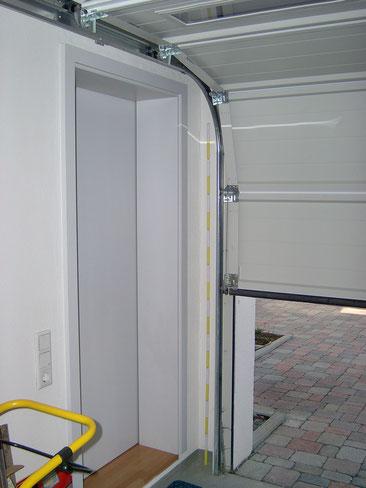 Die Garage wies ein Sektionaltor ohne Lüftungsöffnungen und eine Tür zum Wohnhaus auf.