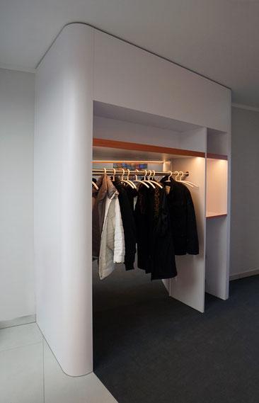 Garderobe, weiß lackierte Oberflächen, mit Ablagefächern und integriertem Spiegel
