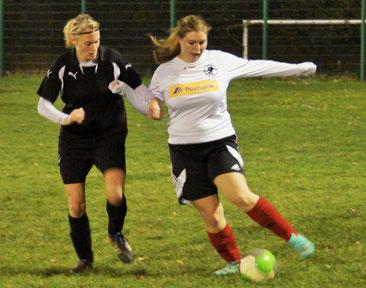 Selina Rabenau (am Ball), JFV-Juniorin, kam im Spiel gegen die SG Reiskirchen/Saasen II zu ihrem 3. Einsatz im Trikot der FSG