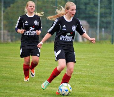 Premiere im Trikot der FSG Ebsdorfergrund: Sarah Wege (am Ball) mit Teamkollegin Leonora Grau (l.)