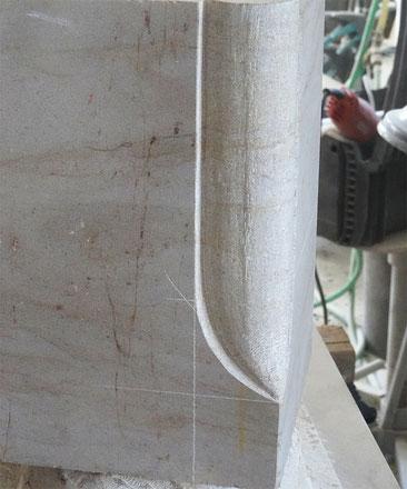 Kantenbearbeitung an einem Sandstein. Auslaufende Rundung an einer Steinkante.