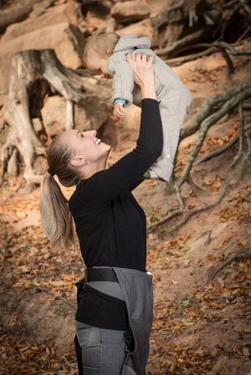 Kind im Herbst tragen - Wollfleece hält warm - Kleidung beim Babytragen