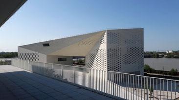 Vue sur la Méca depuis l'espace d'exposition - toit terrasse.