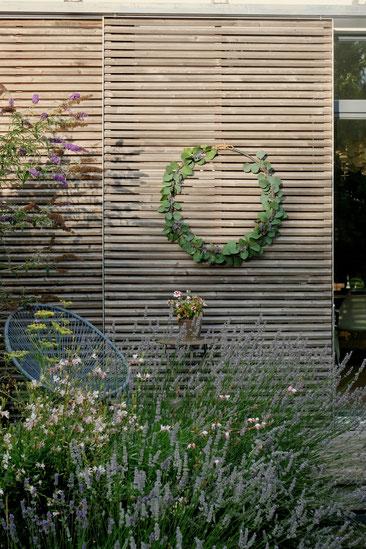 ieartige // Design Studio - BLOG - #Kranz aus #Eukalyptus, #Lavendel + #Distel, #DIY #Sommer #Sommerdekoration #Garten #Schiebeläden #Acapulco-Chair #Fenchel