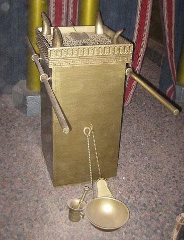 L'autel des parfums est carré de 50 cm de côté. Il est en bois d'acacia recouvert d'or pur. 4 cornes sortent aux 4 angles. Le grand prêtre fait brûler le parfum odoriférant chaque matin et chaque soir. Culte de Jéhovah Dieu.
