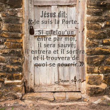 Jésus est appelé: Christ, Messie, Fils de Dieu, l'Agneau de Dieu, l'Agneau, le Fils de l'homme, la porte des brebis, la Porte;