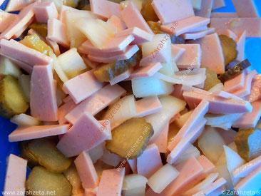 Wurstsalat mit Salatgurken und Zwiebeln