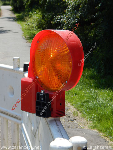 Rote Baustellenlampe als Warnsignal