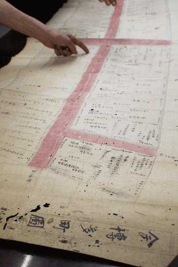 今博多町の古い地図を広げて。昔は通り沿いに鰻の寝床のような商店が軒を連ねていました。
