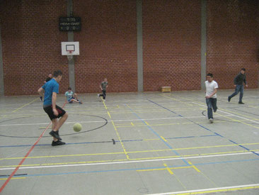 Flottes und faires Spiel: Die beiden Mannschaften spielten gekonnt Fußball.