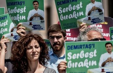 """Foran byretten i Istanbul, d. 21. maj 2018: """"Løslad Demirtas"""""""