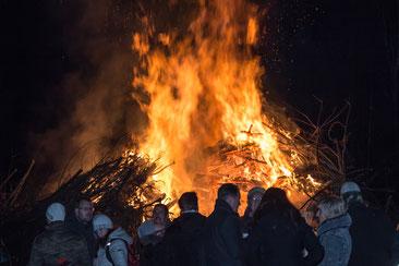 Geschafft: Das Martinsfeuer brennt!