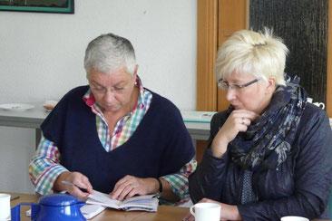 Frau Inka Gossmann-Reets (re.) und Frau Ursel Liekweg berichten