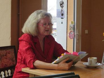 Gabriele Schienmann bei einer Lesung im Café Neugarder