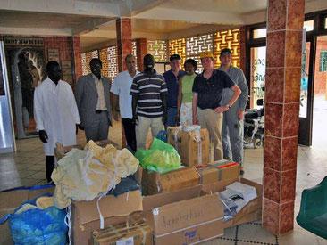 Hilfsgüterübergabe in einem regionalem Krankenhaus