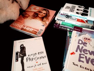 Mijn stoel in de woonkamer ligt altijd vol met boeken die ik nog wil lezen!