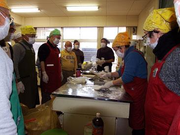 講師の丹羽さん(当地区社協福祉委員)を囲んで、麺を延ばす作業までのレッスンです。