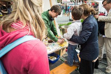 Auf dem Kindertagesfest auf dem Potsdamer Platz in Berlin boten wir Kindern und Besuchern die kostenlose Möglichkeit,  eigene Honigbienenwachskerzen herzustellen.