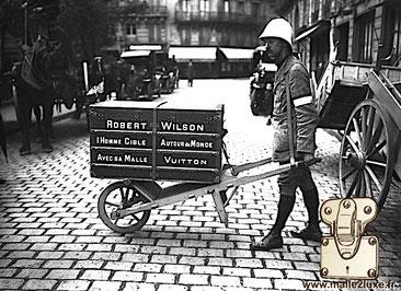 Robert Wilson l'Homme Cible Autour du Monde Avec sa Malle Louis Vuitton