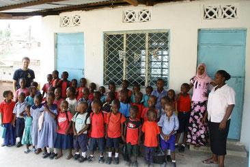 Elando Tenge mit Schülern der Hope Orphan Pre-School